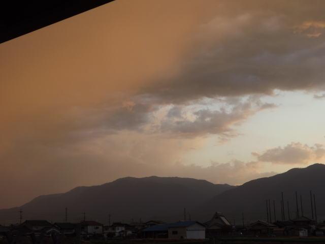 突風が凄かった日の通り過ぎて行く雲の模様